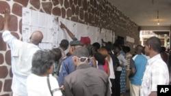A Kinshasa, des électeurs cherchent leurs noms dans un bureau de vote, le 28 novembre 2011