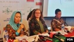 Direktur Wahid Foundation Yenny Wahid (kiri), Perwakilan UN Women Sabine Machl (tengah) dan Hendro, peneliti dari LSI dalam peluncuran hasil survei tentang tren toleransi sosial-keagamaan di kalangan perempuan muslim Indonesia, Senin (29/1).(VOA/Fathiyah)