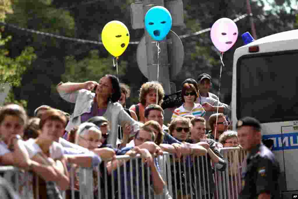"""Fãs da banda """"Pussy Riot"""" aguardam a decisão da corte em Moscovo."""