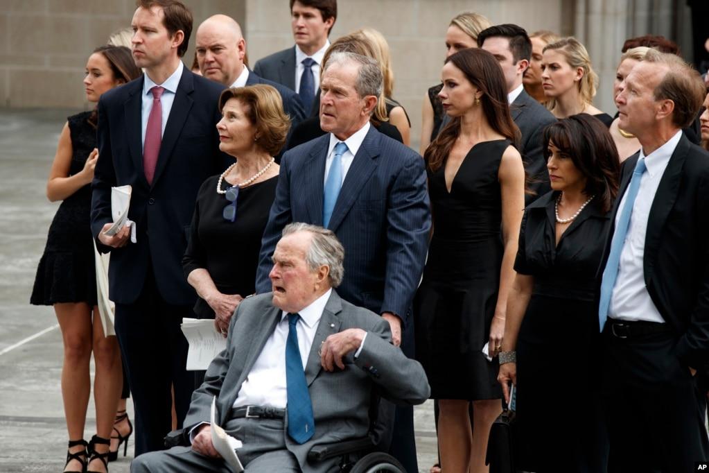 2018年4月21日,在前美國第一夫人芭芭拉·布什的葬禮上,她的靈柩被送入德克薩斯州休斯頓的聖馬丁主教教堂時,美國前總統老布什和小布什及其家人淚眼觀望。