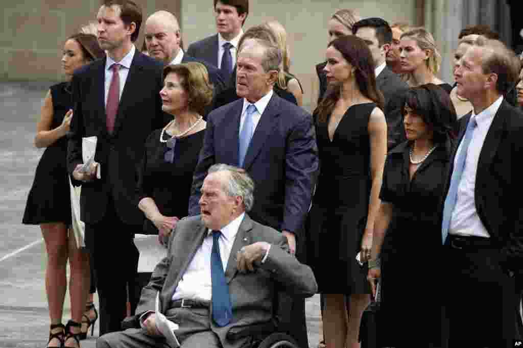 Rais mstaafu George W. Bush na baba yake Rais mstaafu George H. W. Bush wakiliangalia jeneza la Barbara Bush likipakiwa katika gari ya farasi nje ya kanisa la Mtakatifu Martin Aprili 21, 2018 huko mjini Houston.