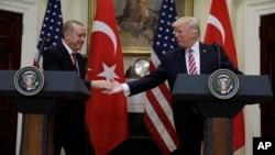 美国总统川普和土耳其总统埃尔多安在白宫罗斯福会议厅握手(2017年5月16日)