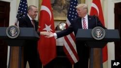 Predsednik Donald Tramp rukuje se sa turskim predsednikom Redžepom Tajipom Erdoganom u Ruzveltovoj sobi Bele kuće u Vašingtonu.