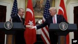 美国总统川普与来访的土耳其总统埃尔多安在白宫罗斯福室握手。(2017年5月16日)