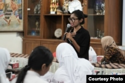 Listi Budiharjo turut mengedukasi pentingnya ginjal sehat bagi anak sekolah. (Foto courtesy: KPCDI Yogya)