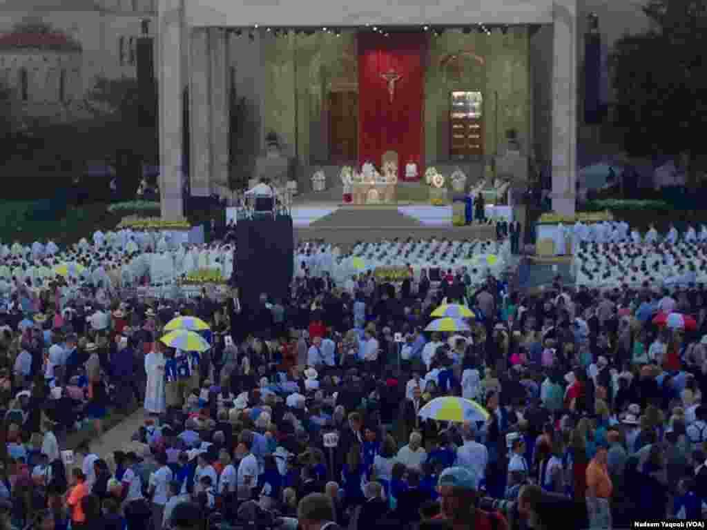 لوگوں کی ایک بڑی تعداد نے دعائیہ تقریب میں شرکت کی۔