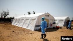 Staf medis mengenakan pakaian pelindung di pusat perawatan kolera yang didirikan di Beira setelah Topan Idai melanda, Mozambik, 29 Maret 2019.