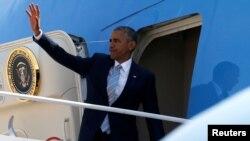 바락 오바마 미국 대통령이 나토정상회의가 열리는 폴란드로 향하기 위해 7일 대통령 전용기 '에어포스 원'에 탑승하고 있다.