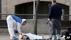 Cảnh sát Israel cạnh thi thể của một kẻ tấn công người Palestine bị hạ sát ở Jerusalem, ngày 26 tháng 12, 2015.