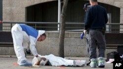 Cảnh sát Israel kiểm tra thi thể một người Palestine bị cáo buộc đã tấn công người Israel ở Jerusalem ngày 26/12/2015.