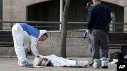 2015年12月26日在耶路撒冷以色列警察在检查一名巴勒斯坦袭击者的尸体。