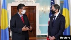 太平洋岛国帕劳的总统惠普斯(左)2021年8月4日在华盛顿会见美国国务卿布林肯(路透社)