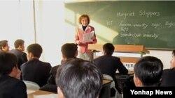 북한 평양과학기술대학의 영어수업 광경. (자료사진)