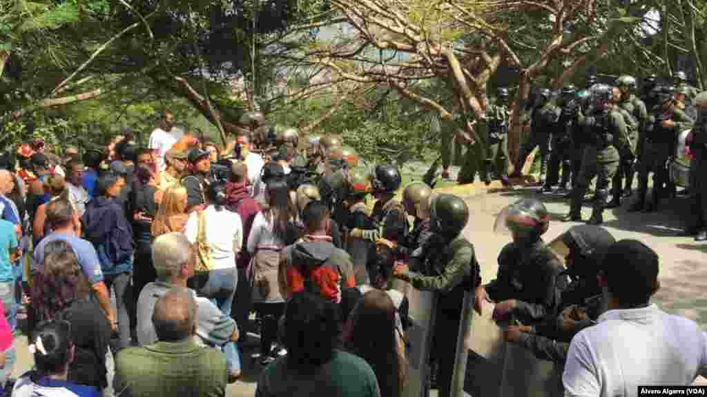 Ciudadanos protestan en un cementerio de Caracas porque militares no dejan ingresar a familiares de víctimas de la llamada masacre de 'El Junquito' en Venezuela, el 20 de enero de 2018.