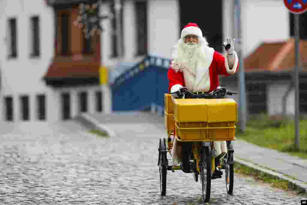 Một người đàn ông mặc đồ ông già Noel cưỡi xe đạp đến dự lễ khai trương bưu điện Giáng sinh nổi tiếng nhất của Đức ở phía bắc thủ đô Berlin. Năm ngoái, hơn 292.000 trẻ em từ khắp nơi trên thế giới đã gửi ước nguyện Giáng sinh của mình tới đây.