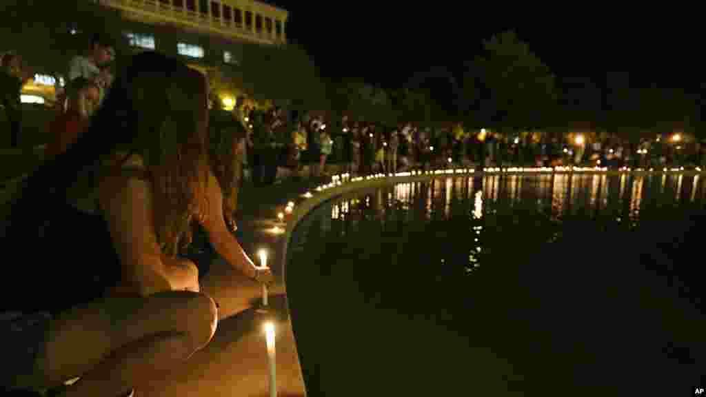 Một buổi lễ thắp nến cầu nguyện cho phóng viên Steven Sotloff được tổ chức tại bờ hồ trong khuôn viên Đại học Central Florida ở Orlando, Florida, ngày 3/9/2014.