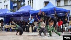 """Des jeunes danseurs en RDC lors de la clôture de l'événement culturel """"Vijana Kokoriko"""" pour la paix et le reconstruction dans l'est de la RDC, à Goma au Nord-Kivu, le 12 mars 2014."""