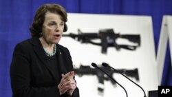Senator Demokrat Dianne Feinstein, salah seorang yang ikut mengusulkan RUU Pengawasan Senjata Api memberikan keterangan pers di gedung Capitol, Kamis (24/1).
