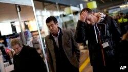 Qulagan samolyotda yaqinlari bo'lganlar Ispaniyaning Barselona aeroportida yig'ilmoqda. 24-mart, 2015-yil.