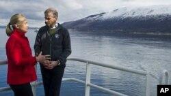 La secretaria de Estado, Hillary Clinton, y el canciller de Noruega, Jonas Gahr Stoere, a bordo de un barco de investigaciones árticas.