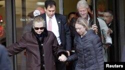 Hillary Clinton, abandonó el hospital acompañada de su esposo, el ex presidente Bill Clinton, y su hija Chelsea.
