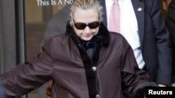 La secretaria de Estado Hillary Clinton sale del hospital, luego de varios días internada. Regresa a su trabajo la próxima semana.