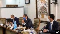 라파엘 그로시(가운데) 국제원자력기구(IAEA) 사무총장이 12일 이란 당국자들과 테헤란에서 회담하고 있다.