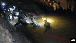 ARCHIVO - En esta foto distribuida por el Centro de Operaciones de Rescate Tham Luang, se ve a rescatistas cuando entran a las grutas donde 12 niños y un adulto se encuentran atrapados. (Centro de Operaciones de Rescate Tham Luang vía AP, Archivo)