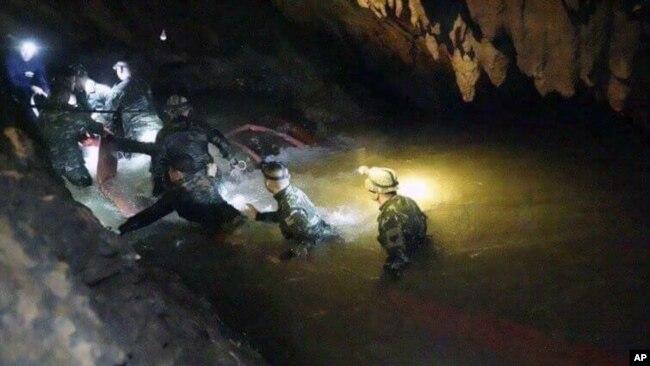 Các thợ lặn trong hang động ngập nước.