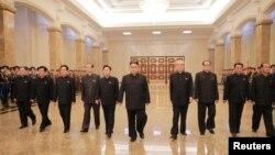 북한 김정은 국무위원장(가운데)이 지난 7월 김일성 주석 사망 22주기를 맞아 당 부위원장들과 함께 금수산태양궁전을 참배했다고 조선중앙통신이 전했다. (자료사진)