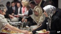 Kegiatan bersama selama bulan Ramadan merupakan pencerminan kebersamaan dan keragaman komunitas Muslim di berbagai tempat di AS (foto: ilustrasi, sebuah acara buka bersama komunitas muslim).