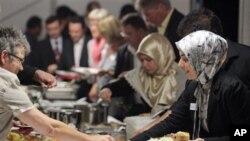 Muslim AS menyelenggarakan acara yang mempererat kerukunan beragama selama bulan Ramadan, seperti mengundang berbuka puasa ummat non muslim (foto: ilustrasi).