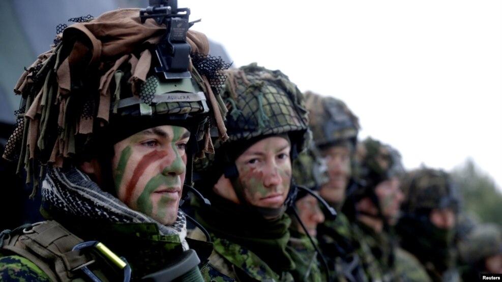 Binh sĩ Lithuania tham gia một cuộc tập trận của NATO gần Pabrade, Lithuania, 2/12/2016.