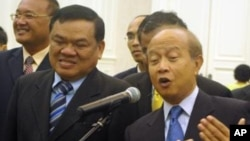 Funcinpec's secretary-general Nhiek Bunh Chhay, left, standing along side with Prince Norodom Ranariddh, file photo.