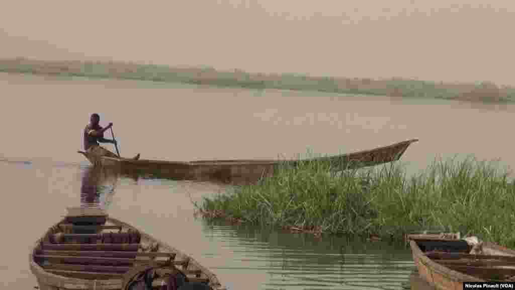 Un pêcheur sur le lac, village de Tagal, Tchad, le 24 avril 2017 (VOA/Nicolas Pinault)