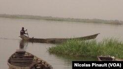 Un pecheur sur le lac,Tagal, Tchad, le 24 avril 2017 (VOA / Nicolas Pinault)
