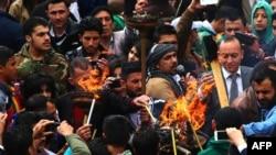 叙利亚库尔德人3月21日在大马士革点燃火炬参加迎新春节日活动。