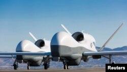 រូបឯកសារ៖ យន្តហោះដ្រូនប្រភេទ MQ-4C Triton ពេលកំពុងស្ថិតនៅមណ្ឌលធ្វើតេស្ត Northrop Grumman នៅក្រុង Palmdale រដ្ឋ California កាលពីថ្ងៃទី២២ ខែឧសភា ឆ្នាំ២០១៣។