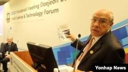 앙헬 구리아 OECD 사무총장이 19일 대전 컨벤션센터에서 개막한 2015년 세계과학정상회의에 참석해 '과학산업기술 스코어보드' 2015년판 등이 담긴 OECD 발간물을 소개하고 있다.