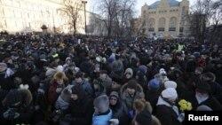 Warga Moskow berunjuk rasa di depan mabes Dinas Keamanan Federal Rusia, Moskow, untuk memberi dukungan bagi empat pemimpin oposisi yang ditangkap Sabtu (15/12).