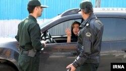 """حضور گشتهای برخورد با بدحجابی در ایران که به """"گشت ارشاد"""" شناخته میشوند، هر سال بحث برانگیز بوده است."""
