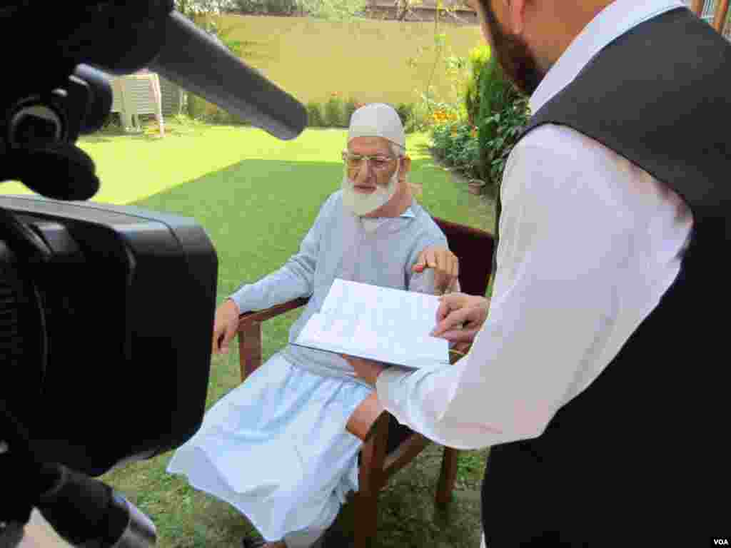 Separatist leader Syed Ali Shah Geelani at his home in Srinagar. (Aru Pande/VOA)