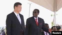 Chủ tịch Trung Quốc Tập Cận Bình được Tổng thống Zimbabwe Robert Mugabe đón tiếp tại Harare, Zimbabwe, ngày 1/12/2015.