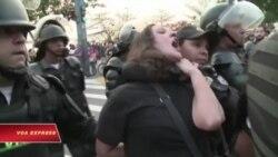Người biểu tình phản đối khi đuốc Olympic được rước qua Rio