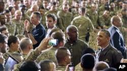 Presiden AS Barack Obama menyapa pasukan Amerika di Lapangan Udara Bagram, sebelah utara Kabul, Afghanistan (25/5). (AP/Evan Vucci)