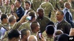 El presidente Barack Obama agradeció a hombres y mujeres uniformados que sirven y se sacrifican para proteger la libertad de EE.UU.
