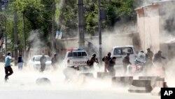 Pripadnici bezbednosnih snaga na mestu gde se dogodio drugi samoubilački napad u Kabulu