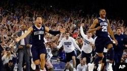 美国全国大学生男子篮球总决赛于星期一晚上举行,维拉诺瓦大学野猫队队员在夺冠后欢庆胜利。