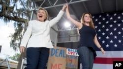 លោកស្រី Clinton បេក្ខជនខាងគណក្សប្រជាធិបតេយ្យ នៅលើឆាកជាមួយ Alicia Machado ដែលជាបវរកញ្ញា Pageant កាលពីឆ្នាំ១៩៩៦ នៅក្នុងយុទ្ធនាការឃោសនាបោះឆ្នោតក្នុងរដ្ឋ Florida កាលពីថ្ងៃទី១ ខែវិច្ឆិកា។