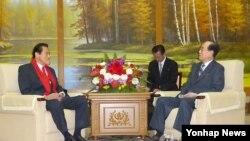 안토니오 이노키 일본 참의원이 30일 평양에서 김영남 북한 최고인민회의 상임위원장과 회담하고 있다.